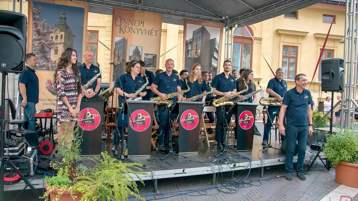 Muzsikáló udvar: AZ UTCA NAPOS OLDALA - Deák Big Band koncert